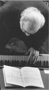 L'artista del Coro. Romano Gandolfi al pianoforte, la foto pubblicata dalla Gazzetta di Parma il 19 feb 2006 a pagina 9