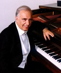 Leone Magiera al pianoforte
